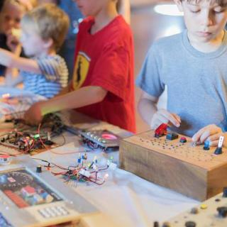 kids-building-electronics